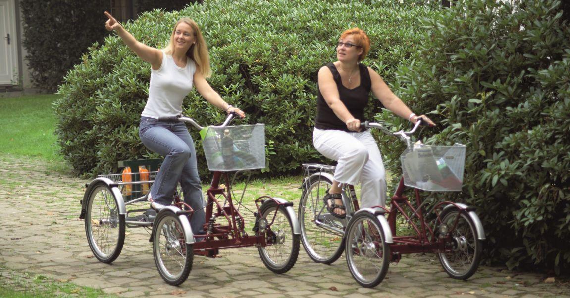 Frontdreiräder für Erwachsene bieten einen guten Überblick über das Fahrzeug und sind gut geeignet für Personen, die die Fahrzeugbreite schlecht einschätzen können, hier auf dem Bild ist ein Frontdreirad mit grossem Dreiradkorb.