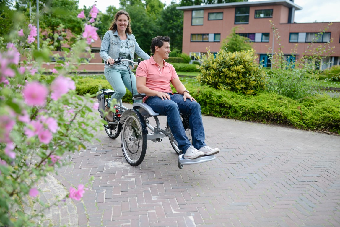Das Spezialdreirad Opair von van Raam wurde speziell für Rollstuhlfahrer konzipiert, die vor dem Fahrer Platz nehmen können.