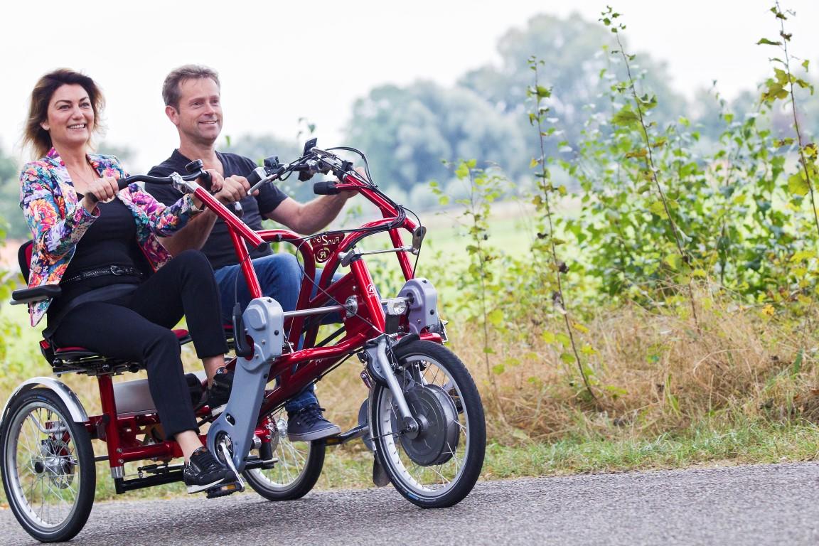 Das Fun2Go von VanRaam ist ein Dreirad für Erwachsene als Tandem bei dem die zwei Fahrer nebeneinander Platz nehmen.